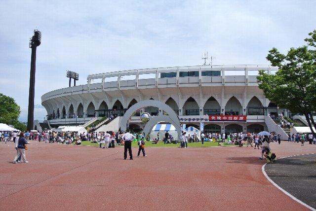 球場周辺には何もないので、かなり遠くからこの美しい内野スタンドを眺められるはずです。