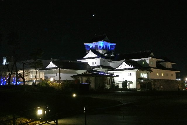 張りぼてのお城もライトアップされるとなかなか美しい。