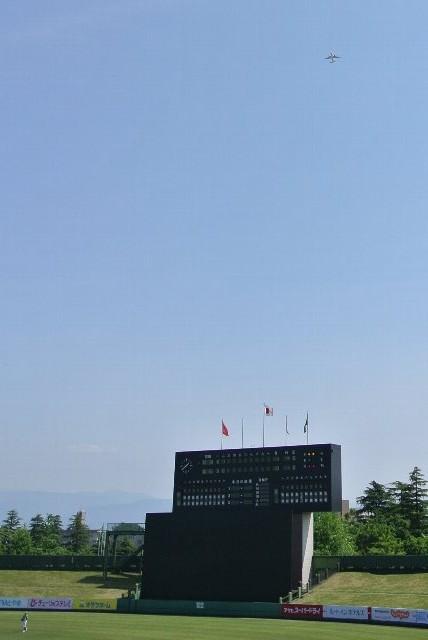 試合中、何度となく富山空港を離着陸した飛行機が球場上空を通り抜けていきました。