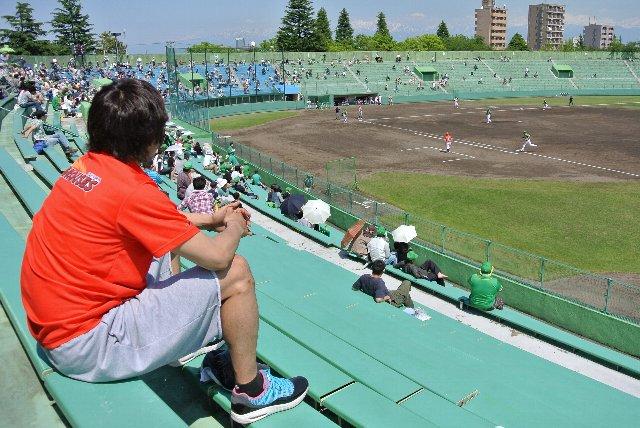 富山グラウジーズの選手が応援に駆けつけていました。試合中、若い女性が色紙を持ってサインをお願いしてました。