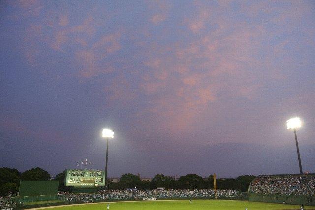 どんどん日が長くなるこの季節、序盤は薄暮の下で試合が展開される。