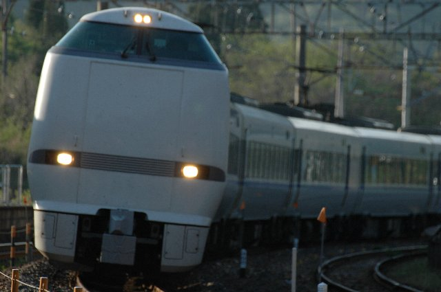 次の普通列車がやってくるまで、実に10本以上の特急列車が通過していく。