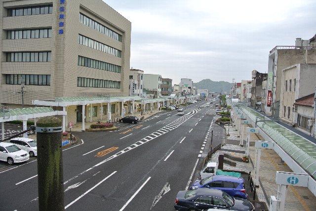 道路に対して垂直に停車しているのは全て路上駐車の車。沿道の店舗へ立ち寄る人が気軽に車で来れる環境を作っている。