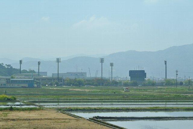 敦賀市街から少し離れた田園地帯に忽然と姿を現す照明灯。