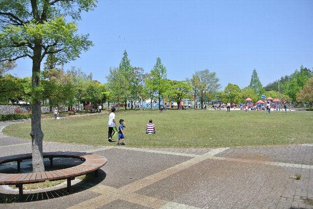 広大な芝生広場に、ジャンボ滑り台。公園内を走り回る多くの子供達を見ました。