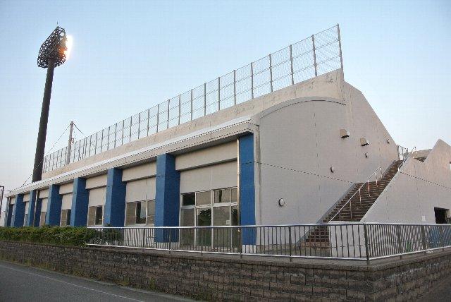 この施設があるために、内野席のゲートはネット裏のみに集約されている。