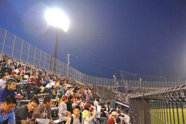 それでも、内野席下段信奉者ってどの球場でも多いですな。