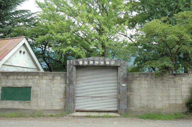 非常に質素な佇まいの球場入口。正面入口ではあるが、普段は開放されず、利用者は入口脇の草むらを抜けて球場入りする。