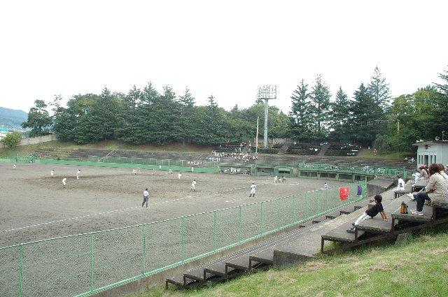 内外野ともに土のグラウンド。観戦エリアには石段が組まれていて、観客は思い思いの場所に陣取って応援していました。