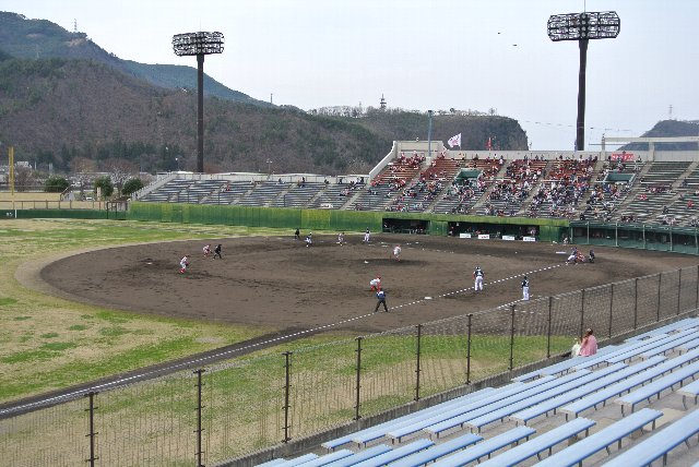 球場は立派なんだが、観客数は500人強とふるわず。