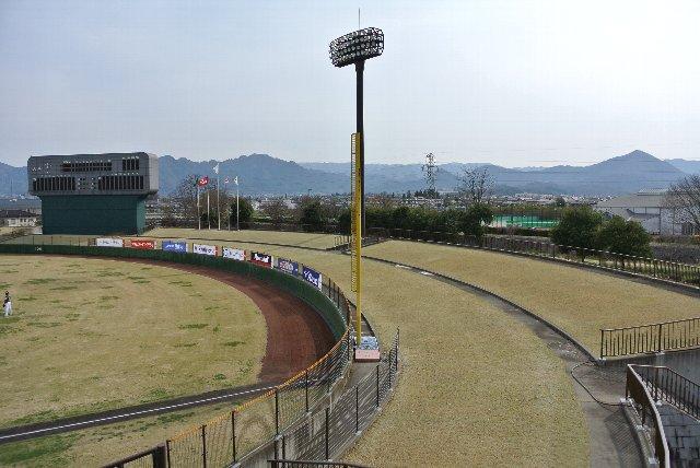外野席の先には高い建物がなく見晴らしが良い。塩田平や別所温泉方面が望めます。