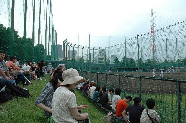 ビジター側応援席の様子です。通常と異なり、ホーム球団が三塁側を、ビジター球団が一塁側を用いるのも特徴。