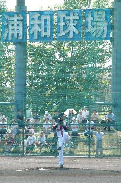 浦和球場の大看板をバックに投げる阿部君、早く千葉の大歓声をバックに投げられるよう成長してください。