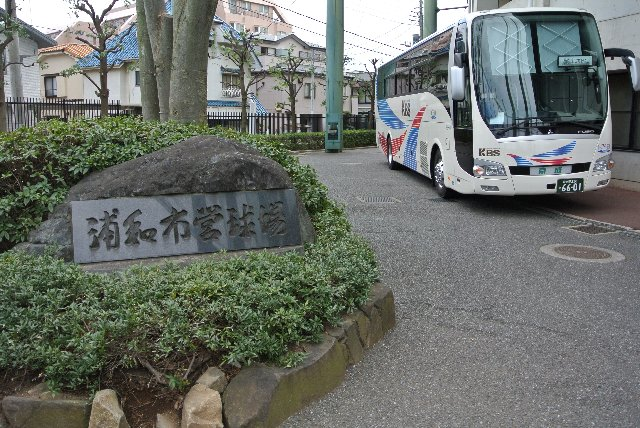 奥に駐まっているのが楽天選手を運ぶバスですね。