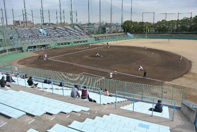 春先の試合では芝の色が映えないので、土の色が目立ちます。