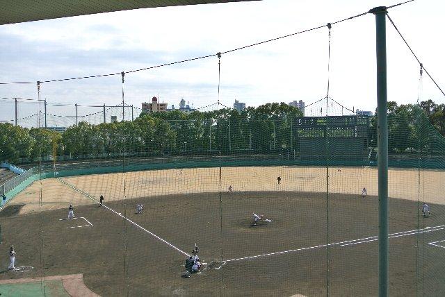 この季節の試合、日が陰ると一気に気温が下がります。