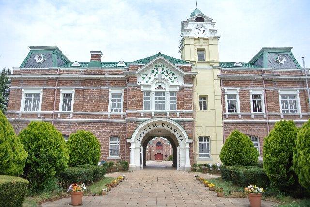 煉瓦造りの洋館が歴史あるワイナリーの威厳を示している。