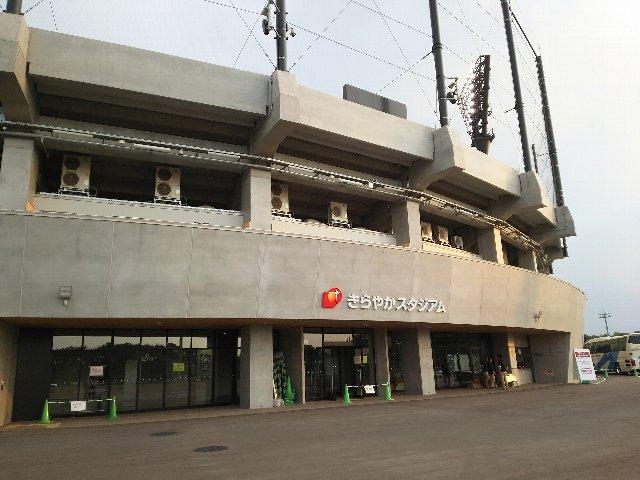 三段に分かれた内野スタンド、立派なコンコースと、地方球場らしからぬ豪勢な造りである。