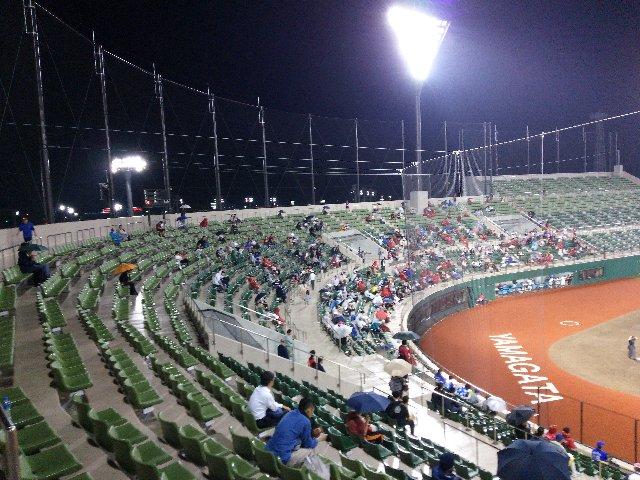 全席が背もたれのある個別椅子ってのは、県営球場と同じ仕様ですね。