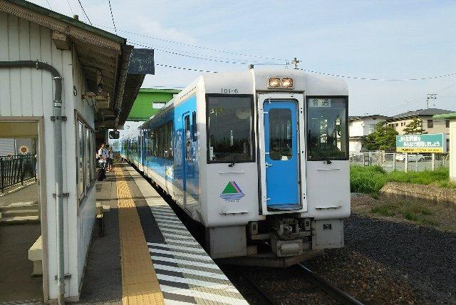 山形駅からほぼ60分ヘッドで運転されています。