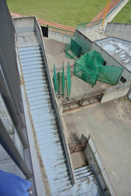 内野スタンドがでかいので、階段が異常に長い。
