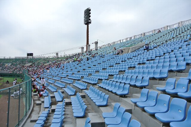 ファームの試合とあって、両翼部の客の入りはまばらでした。