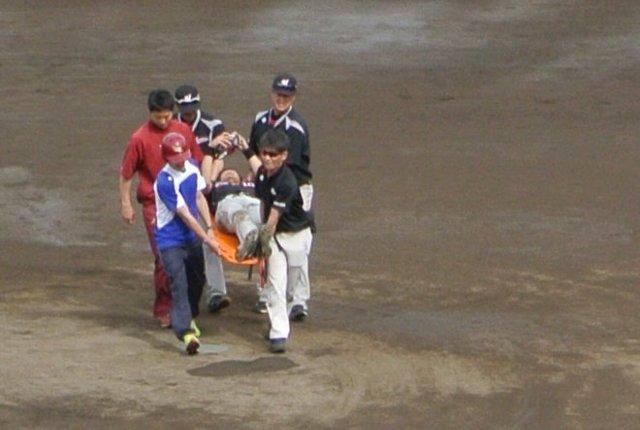 二塁を回ったところで転倒、そのまま動けなくなった。