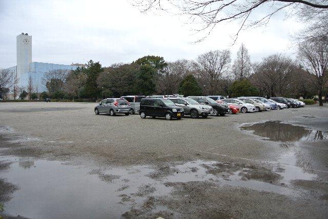 おそらく、正式な駐車場以外の場所に誘導したような気がします。