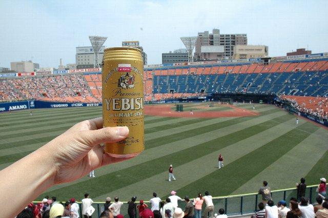 晴れた日は屋根の無いスタジアムでデーゲームに限ります。試合前、景気付けに乾杯〜♪