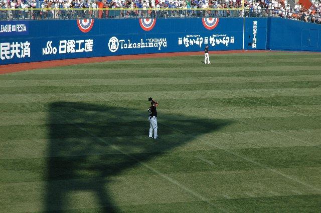 横浜スタジアムと言えばY字を模した照明棟。敢えて影で表現してみました。守っているのはベニーchan。