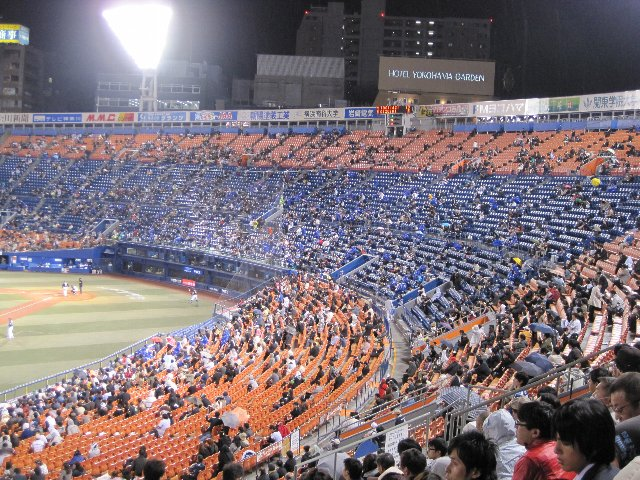 週末の試合と阪神戦以外で、このエリアが埋まることはあまり無い。立地は良いんだけどねぇ...。