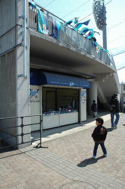 正面入口の脇にある。チケットは大人1000円也。