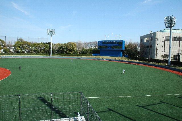 ライト側の景色は、球場隣に体育館(北体育会館)が建っていて、景観があまりよろしくない。
