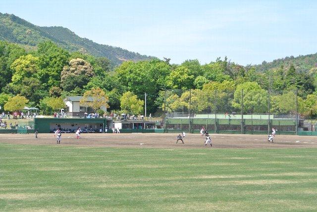 球場の奥には丘陵地が広がり、何も無い場所に球場が立地していることがよくわかる一枚。