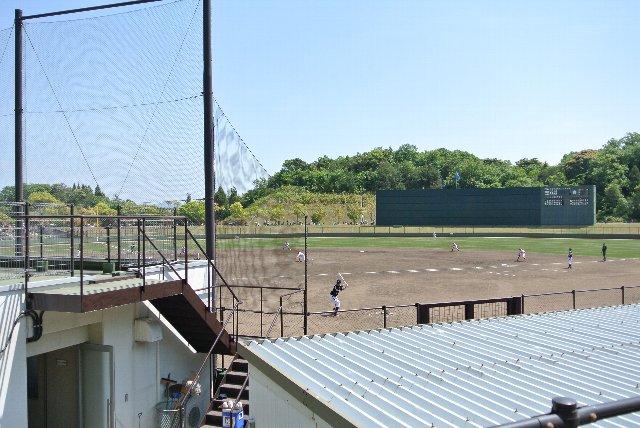左側に見えるのがカープのクラブハウス。ネット裏に観戦エリアがない球場って、黒潮町大方球場くらいしか記憶にない。