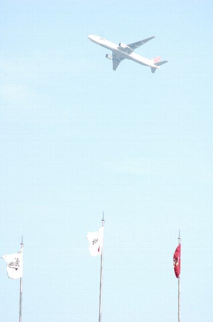 3〜5分おきに、数多くのジャンボ機が離陸していきます。