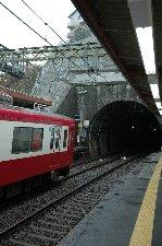 山と山の間の曲線部分に強引に作られたホーム、迫るトンネル、こんな駅の近くに球場があるのか?