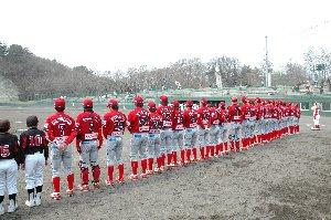 なかなかホームゲームを観戦できないうちにとって、赤いユニはまだ目新しい。