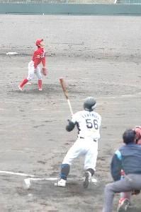 打球の行方を追う給前。やっちまった...という感じがうかがえる。