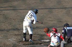 中継ぎの飯田君は内野手に足を引っ張られた感じ、あまり攻められません。この攻めをしてれば大丈夫だ!