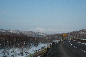 この時期、どの山々も雪を被っていて、景色的には大好きです。
