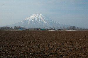 蝦夷富士と呼ばれる理由が簡単にわかる、美しい形の山です。