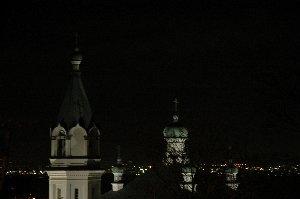函館の街の灯をバックに、正教会のライトアップが映えます。