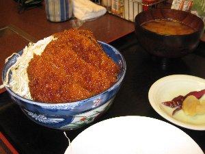 伊那市にある「たけだ」さんのソースカツ丼です。肉屋直営なので、一枚一枚の肉が分厚い、美味い♪