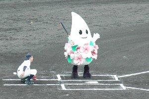 バットを振れない奴を始球式に出しちゃまずかろう(笑)。
