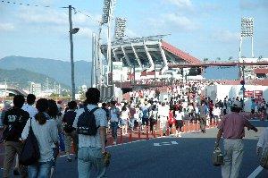 広島駅からマツダスタジアムまで900メートル、歩いて15分程度です。