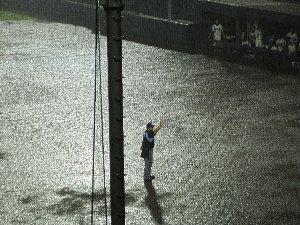 雨天中断後、一度は再開された試合ですが、それまでの倍近い雨量に変わった時点で降雨コールドが決定!