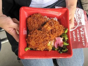 村長亭的には食べやすさが非常に評判で、伊那のソースカツ丼よりも評価が高かったです。