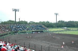 視界を遮るものが少なく、非常に見易い球場でした。