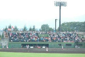 試合開始直前に降った雨の影響か、信濃ファンの数も少なめです。